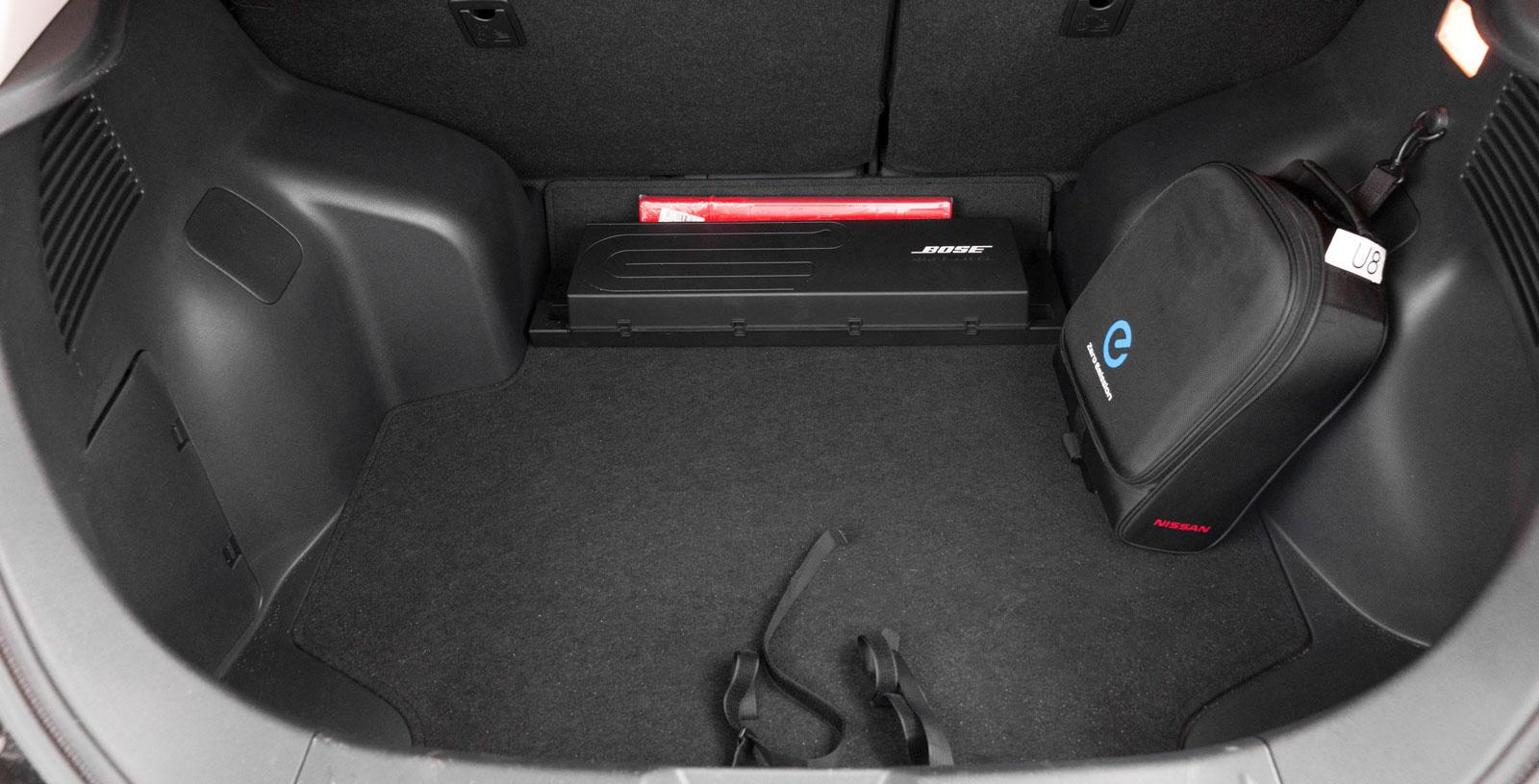 Bashögtalaren mellan hjulhusen och sladdväskan stjäl plats i ett redan svårlastat bagage. Hög och klumpig tröskel (13 cm) vid fällt baksäte imponerar inte heller.