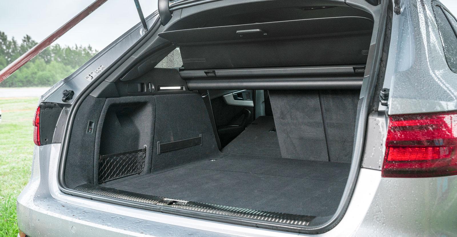 Bagageutrymmet i A4 Avant är ungefär lika stort som Volvos. Det är väl inklätt och försett med LED-belysning som gör småsaker lätta att hitta i mörker. Tredelat ryggstöd kan vara praktiskt och insynsskyddet följer automatiskt med den elmotorstyrda luckans rörelser.