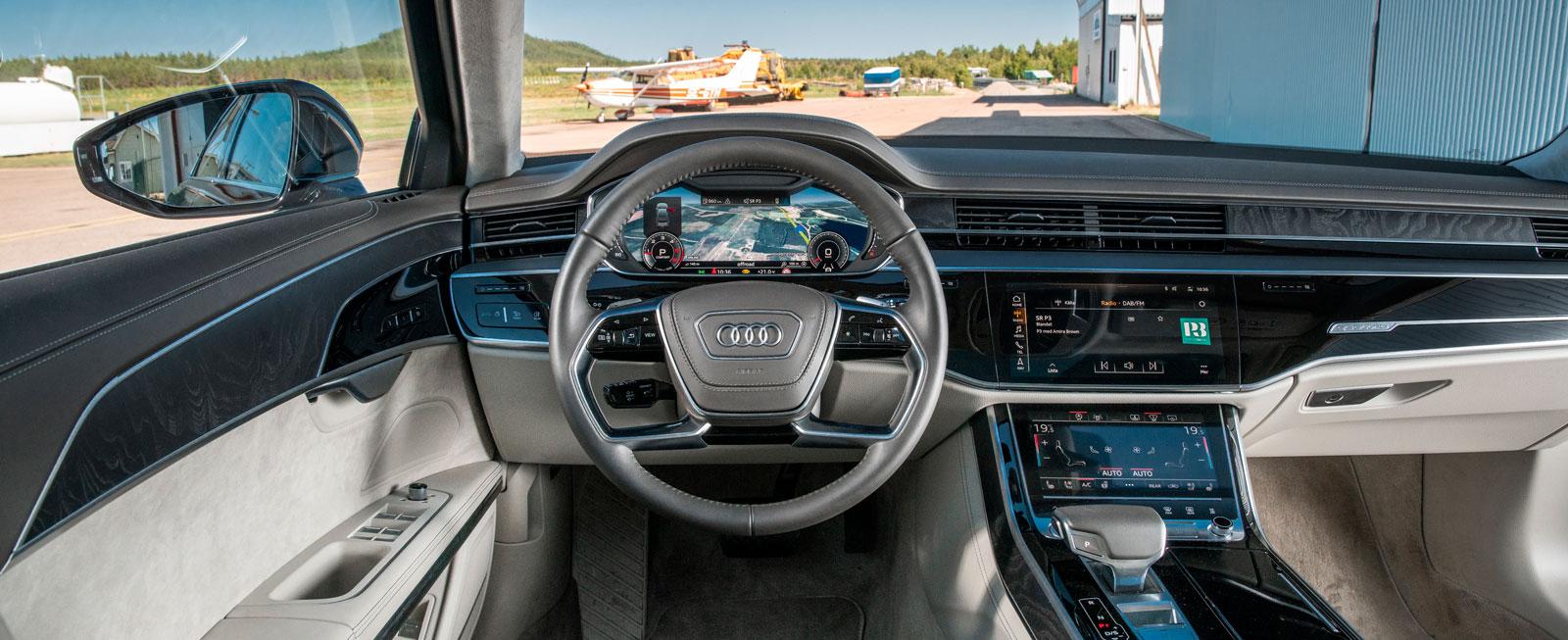 Audi har rensat hårt bland knappar/reglage och ersatt dem med två stora pekskärmar. Allmänintrycket är stramt – men med en rejäl dos lyxkänsla.