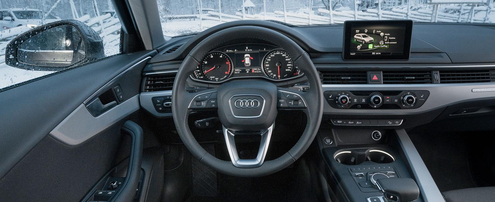 Audis förarmiljö känns lågbyggd och tajtare än Opels och VW:s. Bred mittkonsol, skön tygklädsel, utmärkt finish och bra sikt snett framåt hör till.