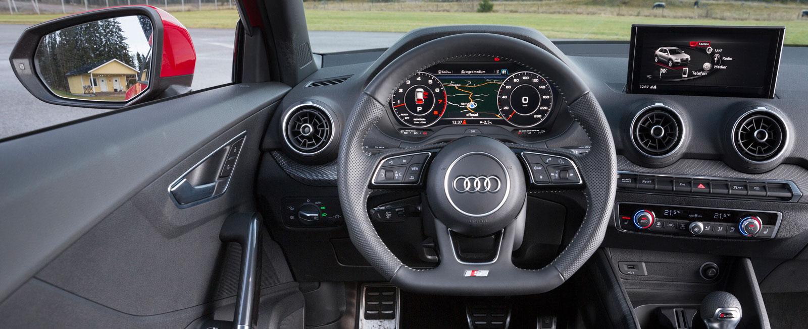 En för Audi välbekant grunddesign som fungerar utmärkt. Rejäl stödplatta för vänster fot. Dörrpanelerna ger ett billigare intryck än övriga detaljer.