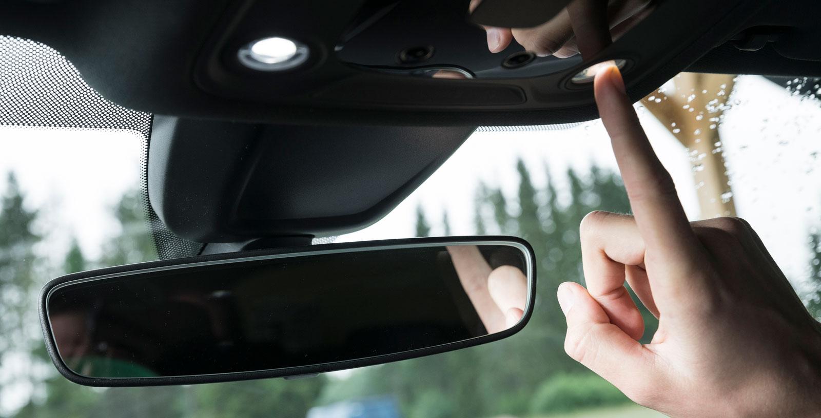 Innerbelysningen sköts med touchkontroller och kan steglöst justeras i styrka.