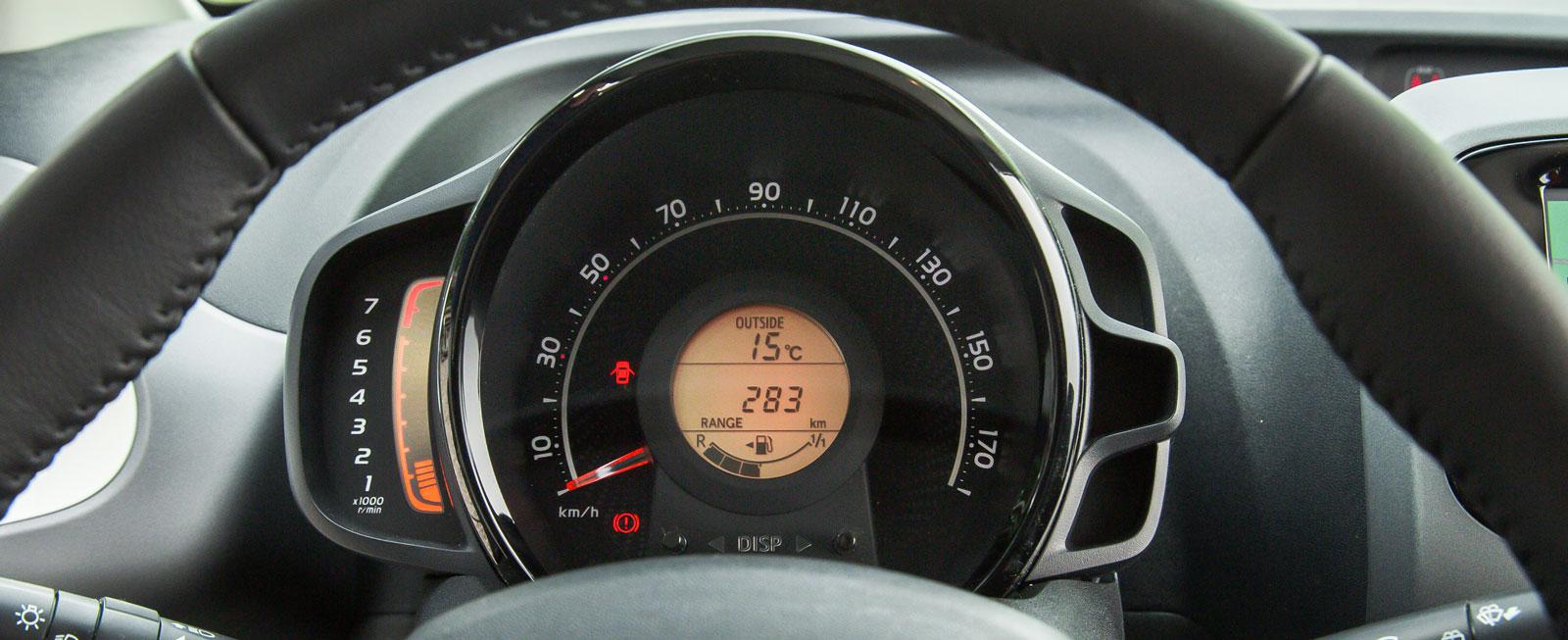 Toyotas instrumentering är kompakt, men fungerar helt okej. Stapeln till vänster är varvräknaren och i den gula rundeln i mitten av hastighetsmätaren visas informationen från färddatorn.