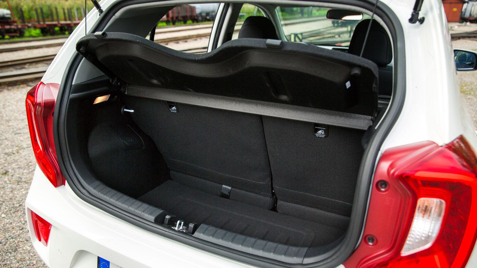Toyota har testets minsta bagagekapacitet, men högsta lasttröskel. Baksätets ryggstöd är plåtklädda på baksidan och kan fällas i förhållandet 50/50 via stroppar i bagageutrymmet. Fällningen kan därmed inte göras inifrån kupén, vilket kan upplevas som opraktiskt. Två kasskrokar finns, men ingen lampa.