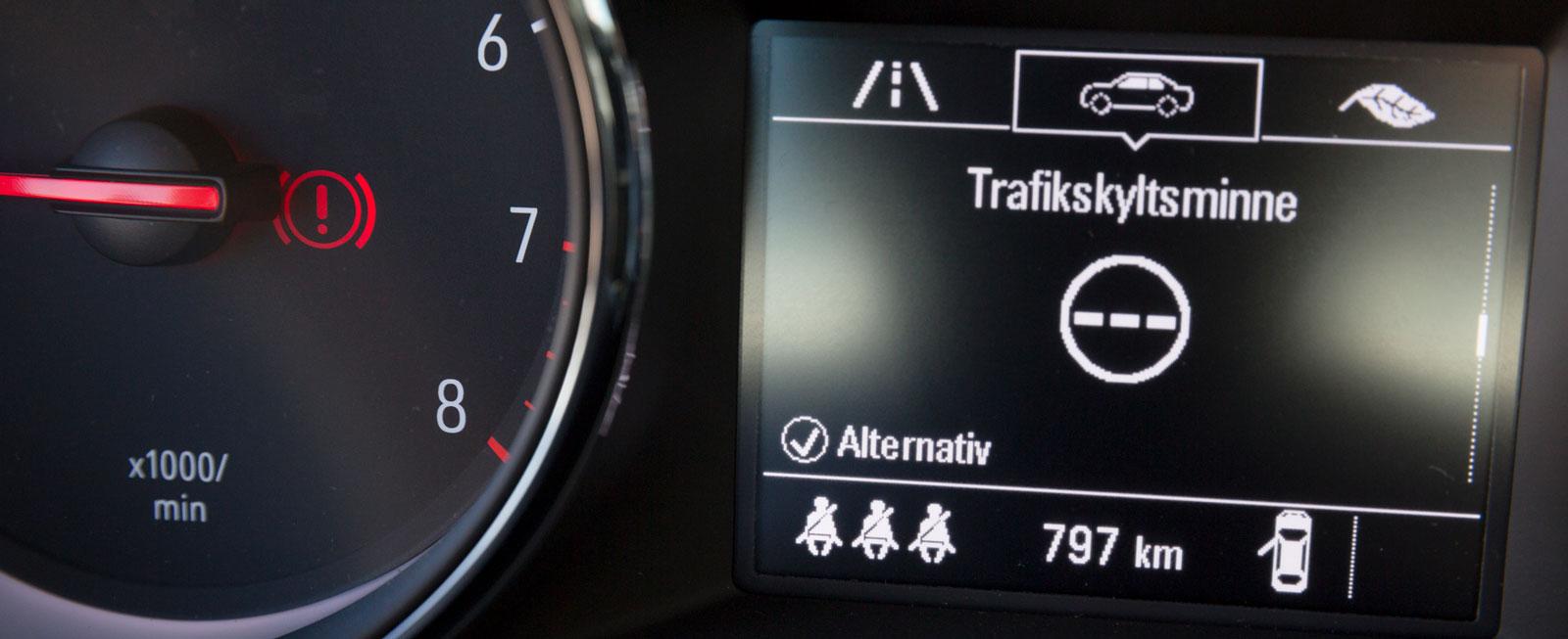 I Opel blir de gråa figurerna godkänt gröna när bältena bak är på.