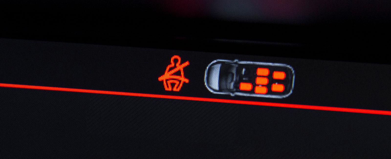Samtliga har bältesindikator för alla platser. Här Citroën.