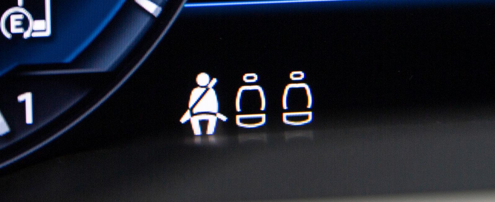 Volkswagen har mikroskopiska symboler för bältesläget i baksätet.