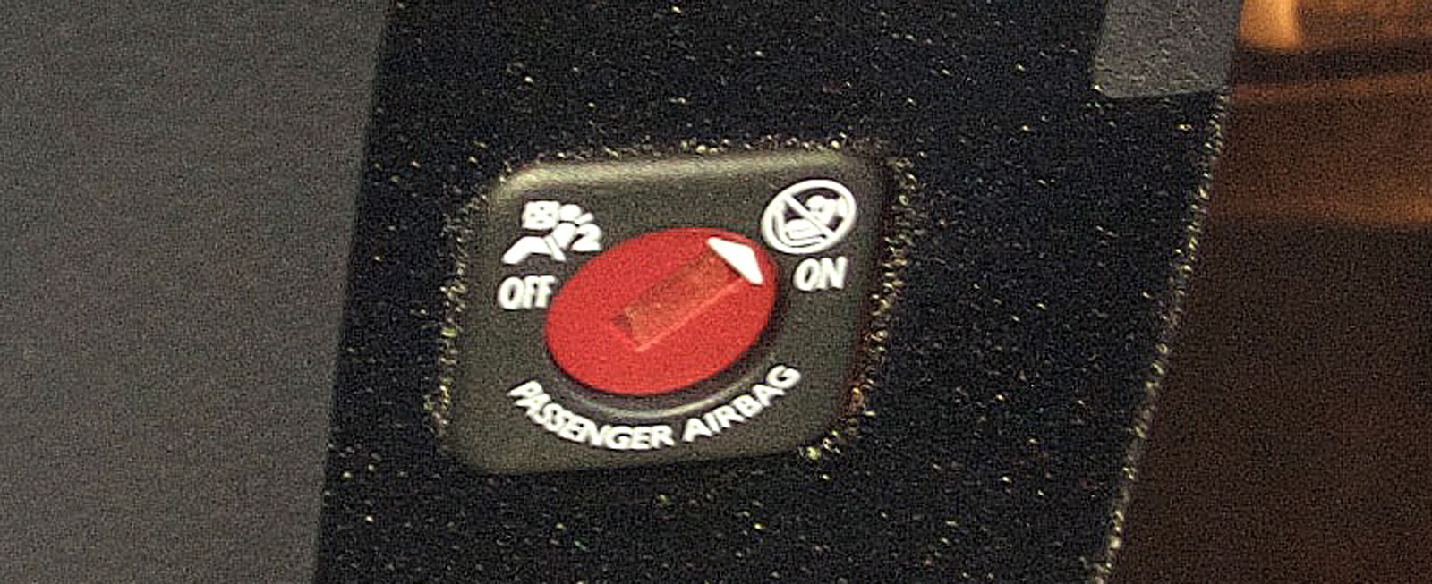 I DS är låset för krockkuddens aktivering placerat i handskfacket.