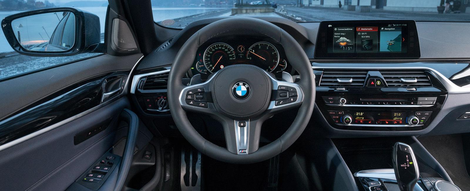 Sobert, ergonomiskt och funktionellt på typiskt BMW-manér. Förarplatsen i nya 5-serien känns välbekant, trots att det mesta är helt nytt.