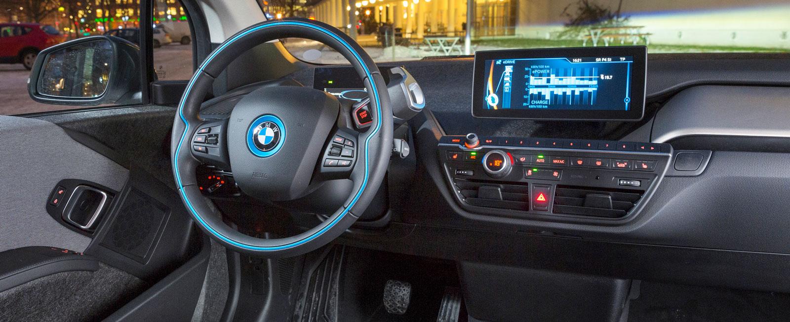 Avskalad miljö som är oväntat rymlig med tanke på yttermåtten. Mixen av futurism och gamla BMW-knappar skapar en anakronistisk upplevelse.