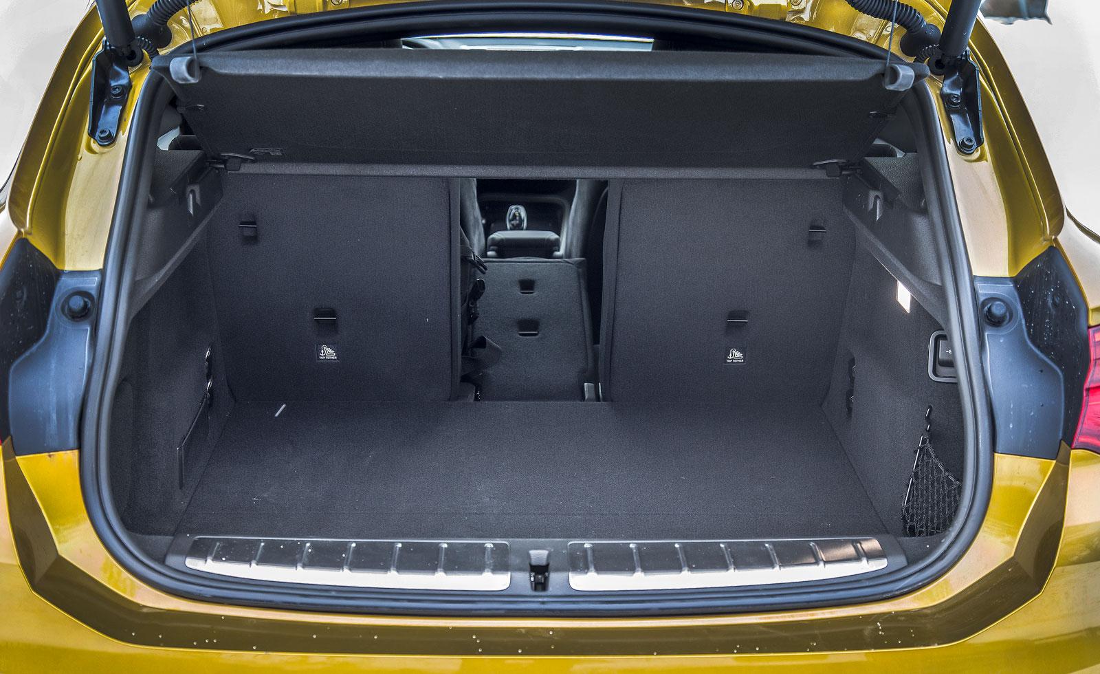 Ganska begränsat bagageutrymme med inskränkt höjd. Baksätets delning 40/20/40 är standard och ökar flexibiliteten. Elbaklucka kostar 4300 kronor.