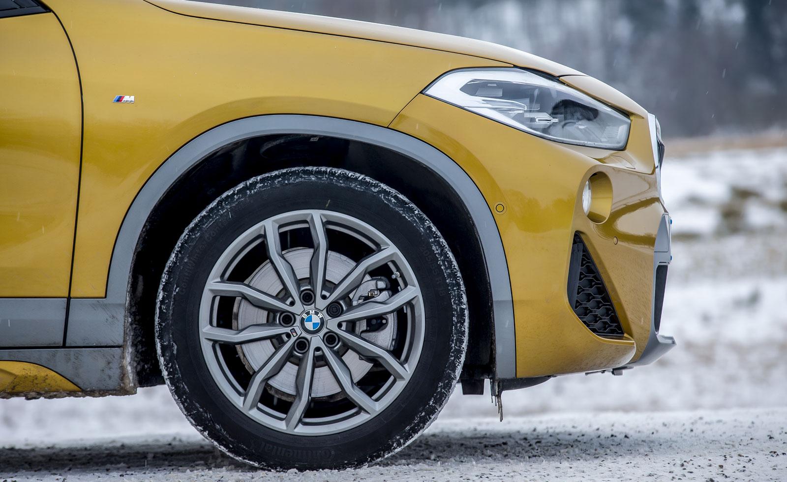 BMW:s karossdekor med grå plastpartier ger karaktär. Oväntat mycket däckbuller drar ned komfortintrycket, dimensionen är 205/55 R 18.