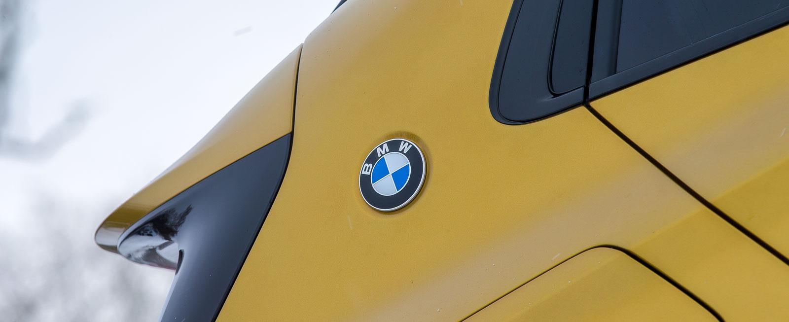 """BMW har inte gått riktigt lika """"all in"""", utan nöjde sig med en loga på takstolpen."""