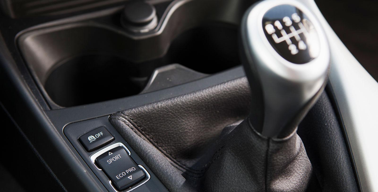 Tre körlägen i BMW, sköts enkelt med knappval. Smidig växellåda, väldigt hög utväxling på femman och sexan.