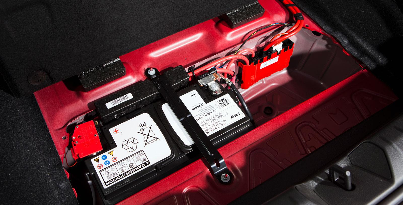 Det rejäla batteriet återfinns under bagageutrymmets golv. Bra för balansen, inte minst.