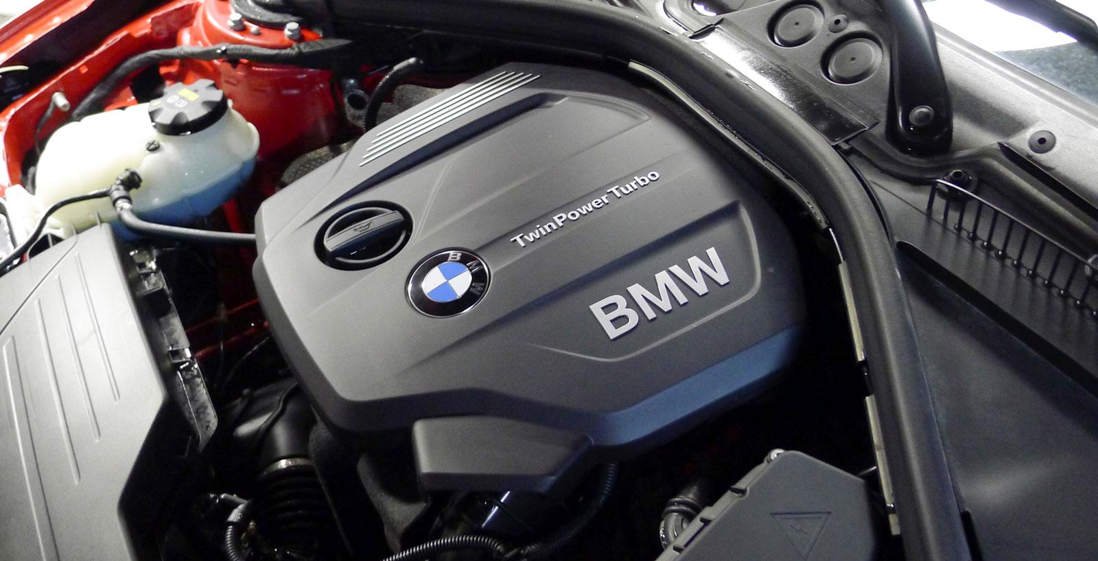 BMW:s trea är en så kallad modulmotor som konstruerats för olika storlekar och som används även i MINI. Rister rätt svårt vid kallstart och på tomgång men arbetar annars mjukt, starkt och snålt.