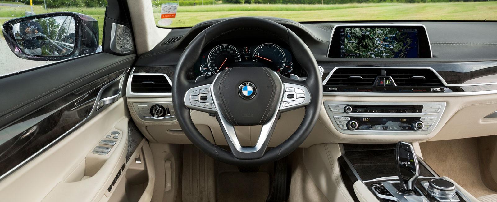 En typisk BMW-inredning i modern tappning. 7-serien upplevs som den mest konventionella rent utseendemässigt.