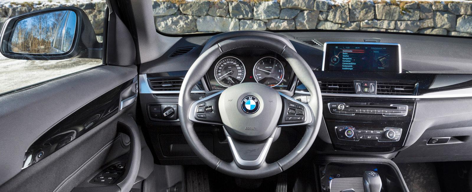 Utseende och finish ett lyft jämfört med förra generationen, funktionerna bekanta från andra BMW. Ratten skymmer nedre delen av instrumenthuset.