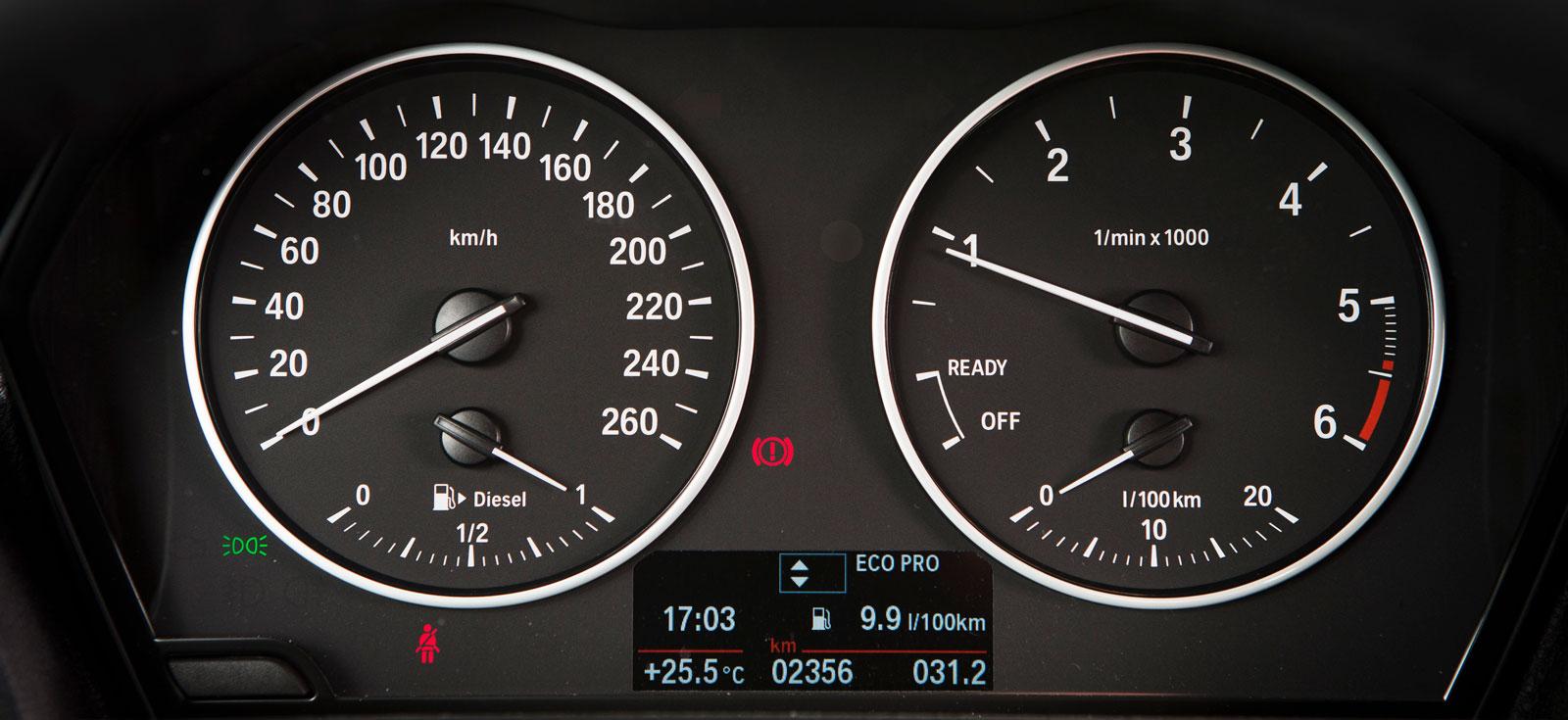 BMW:s klassiska mätarutseende med små men distinkta siffror och visare börjar försvinna i takt med nyare modellers mer raffinerade design – men i 1- serien finns de kvar.