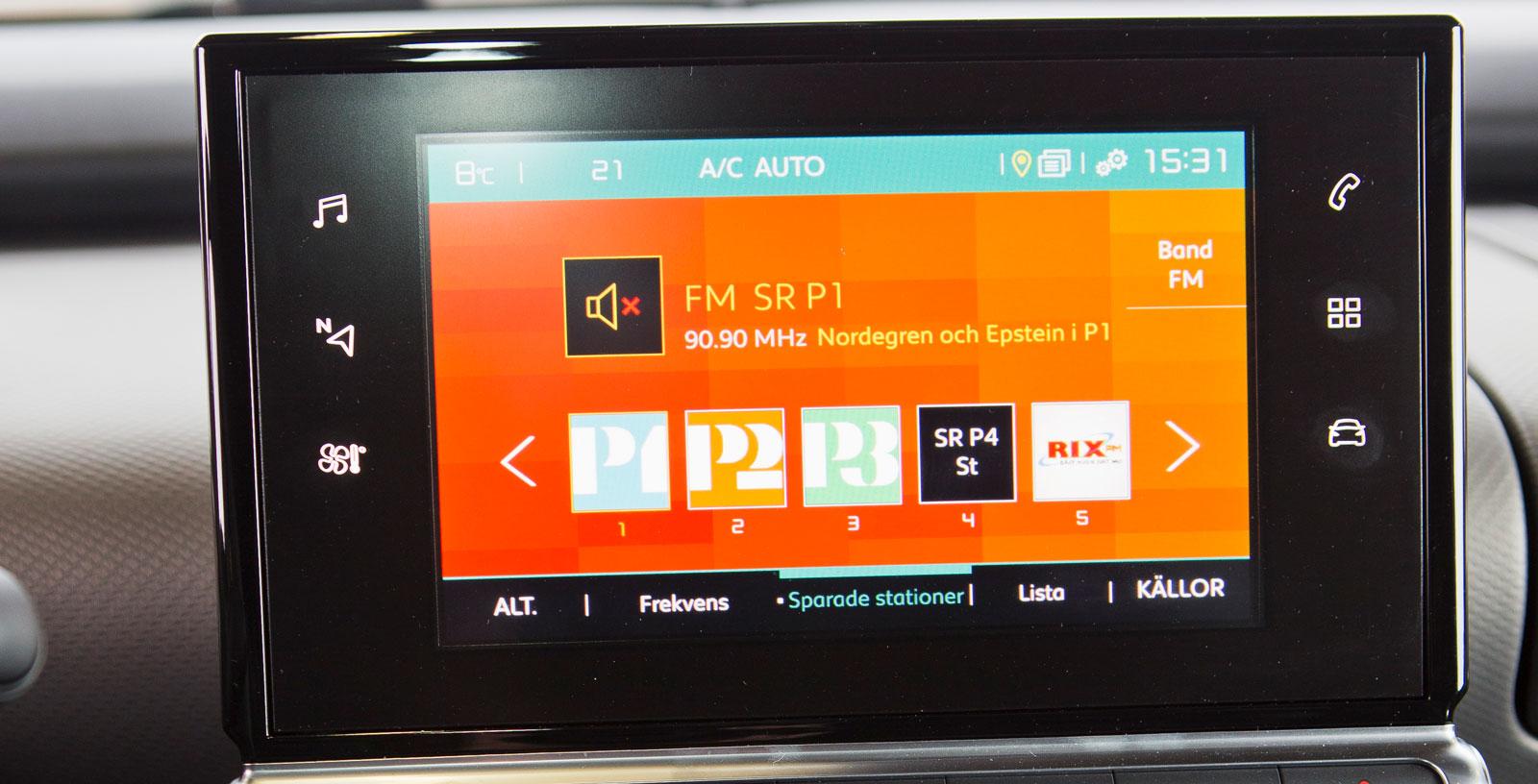 Citroëns pekskärm är lite långsam i reaktionerna och systemet börjar kännas lätt föråldrat. Även flera bilfunktioner – bland annat värme/ventilation – sköts via skärmen.