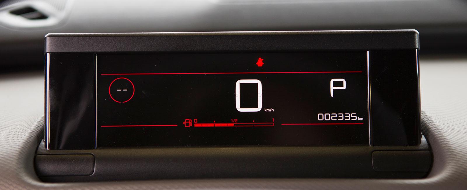 Citroëns minimalistiska digitala intrumentering känns ovan till att börja med, men fungerar helt okej. Största problemet är att se bränslemängden, den visas med ett tunt rött streck längst ned på displayen.