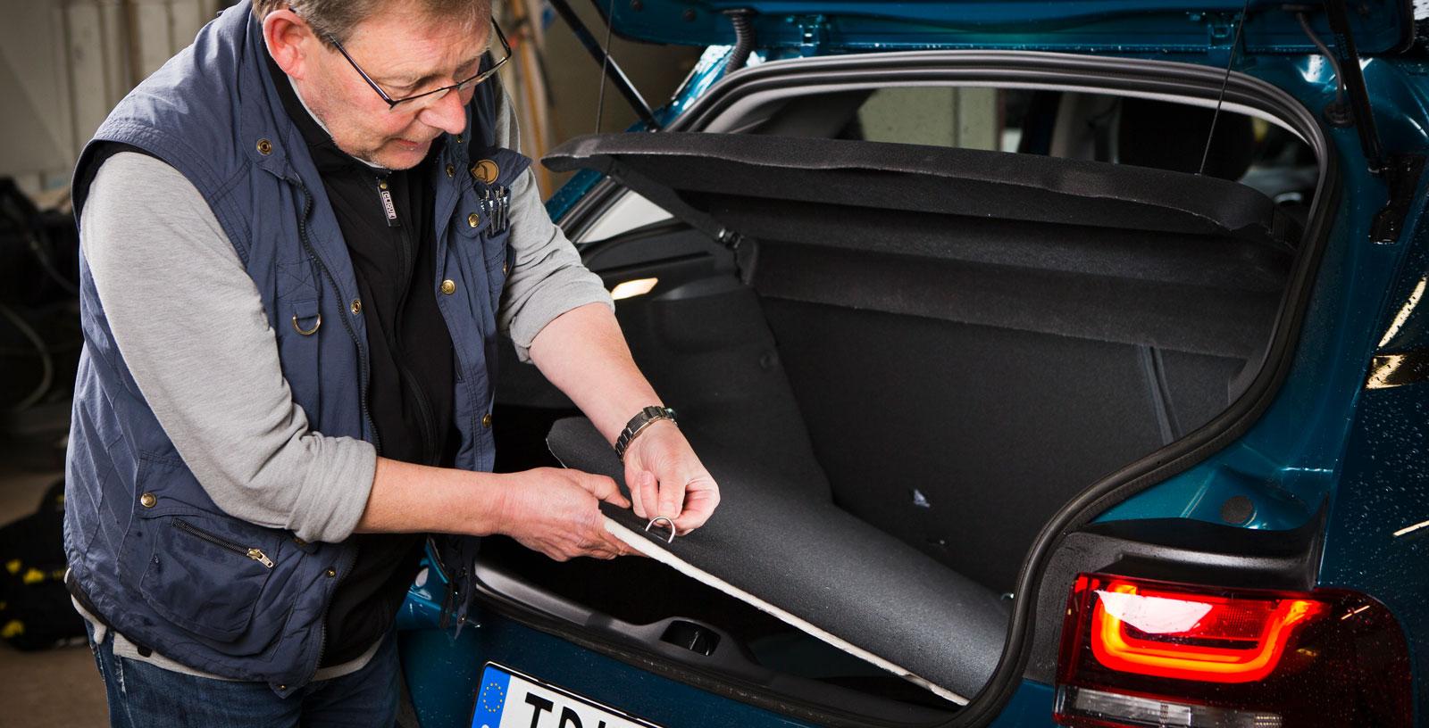 Citroëns ynkliga lastförankringsöglor sitter i den tunna golvmattan – hur tänkte konstruktörerna där? Lasttröskeln är besvärande hög, men utrymmet sväljer mest i test med uppfällt baksäte. Ryggstödet är numera delbart och fälls i förhållandet 60/40. En kasskrok finns, sedan är det slut på finesserna.