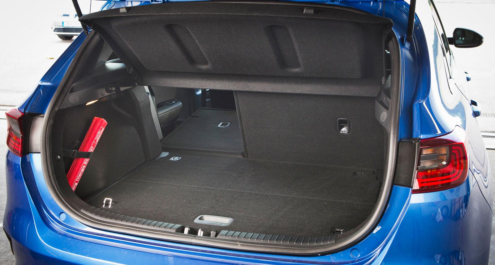 Kias lastgolv kan höjas/sänkas i två nivåer och ett stort extra stuvfack finns under bakre delen av golvet. Men lastförankringsöglorna är dumt placerade i det löstagbara bagagegolvet. Baksätets ryggstöd är delbart i förhållandet 60/40 och dubbla kasskrokar finns, liksom två djupa sidofack för småprylar.