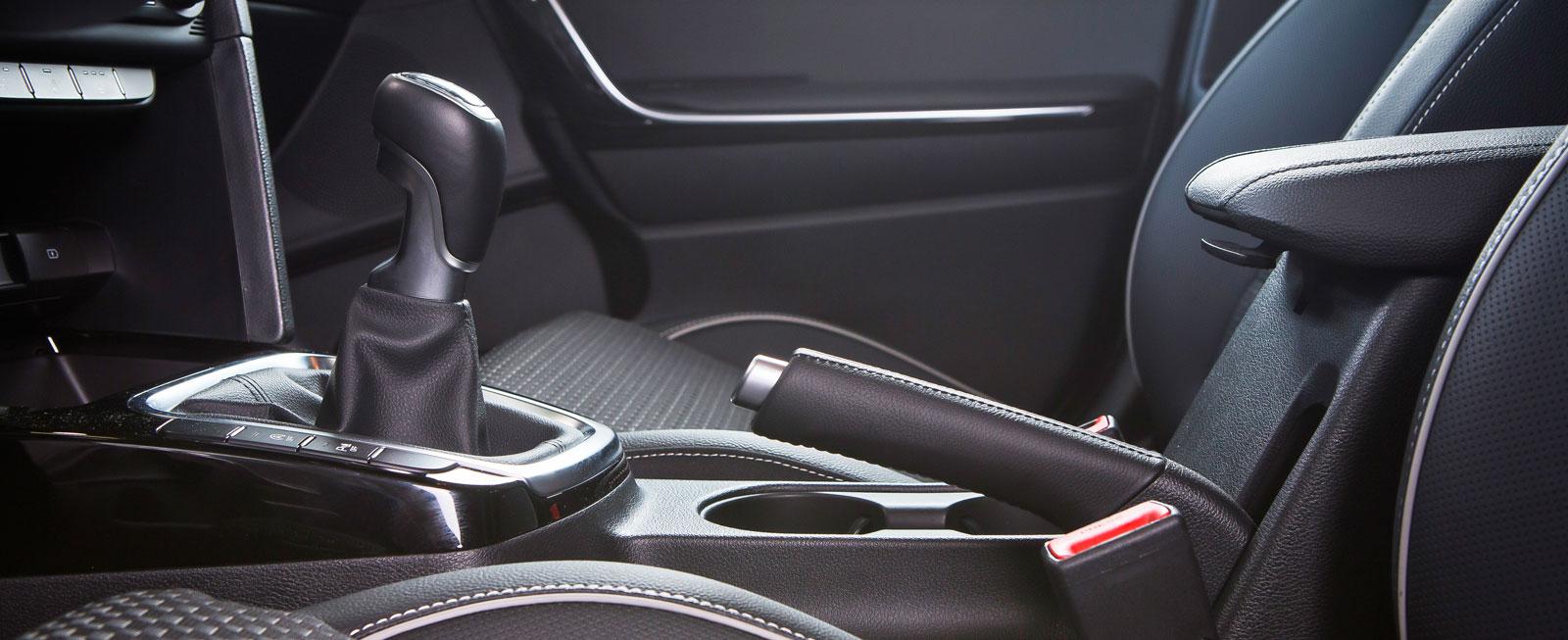 Kia har som enda bil i testet en konventionell handbroms-krycka. Bra när man ska fickparkera i backar och göra snabba vändningar på vintern.