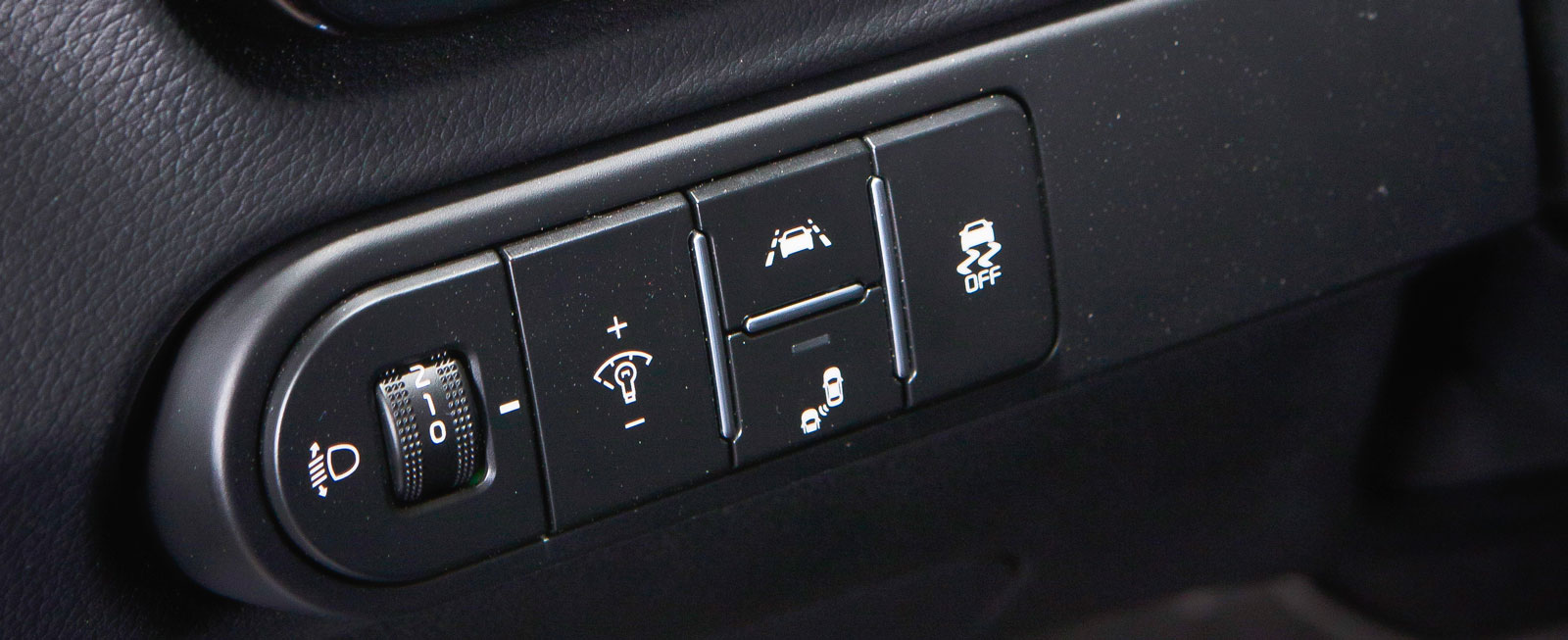 """Ceed har fått en avancerad filhållningsassistent där kameran även läser av och följer bilen framför för att positionera sig bättre i filen. Kia kallar det ett steg åt """"nivå 2"""" i självkörning. Tillämpningen är dock en smula oharmonisk."""