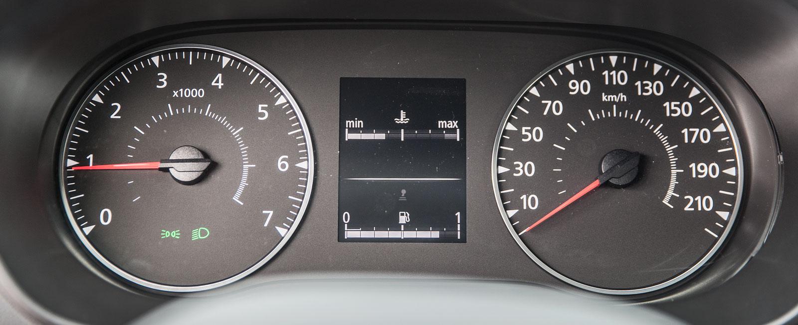 Rejält tilltagna visartavlor i Dacia. Mellan dem en färddator med jämförelsevis begränsad informationskapacitet.