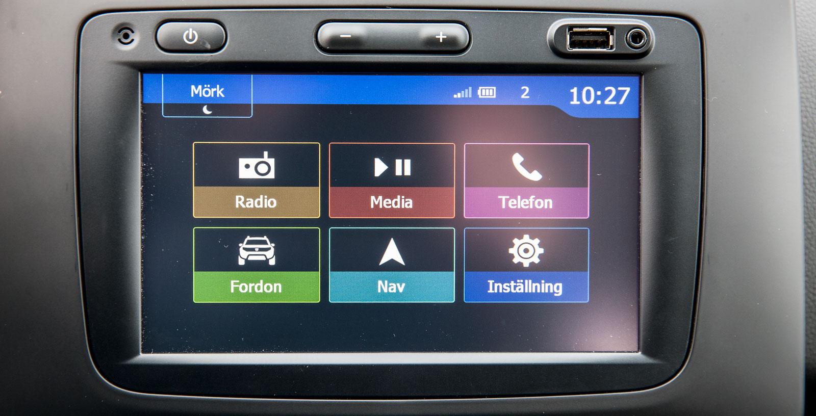 Dacias pekskärm är i stora drag bekant från en del Renaultmodeller. Lätt att sköta, med ganska liten men ändå tydlig grafik. Navigator är standard i Premiumversionen.