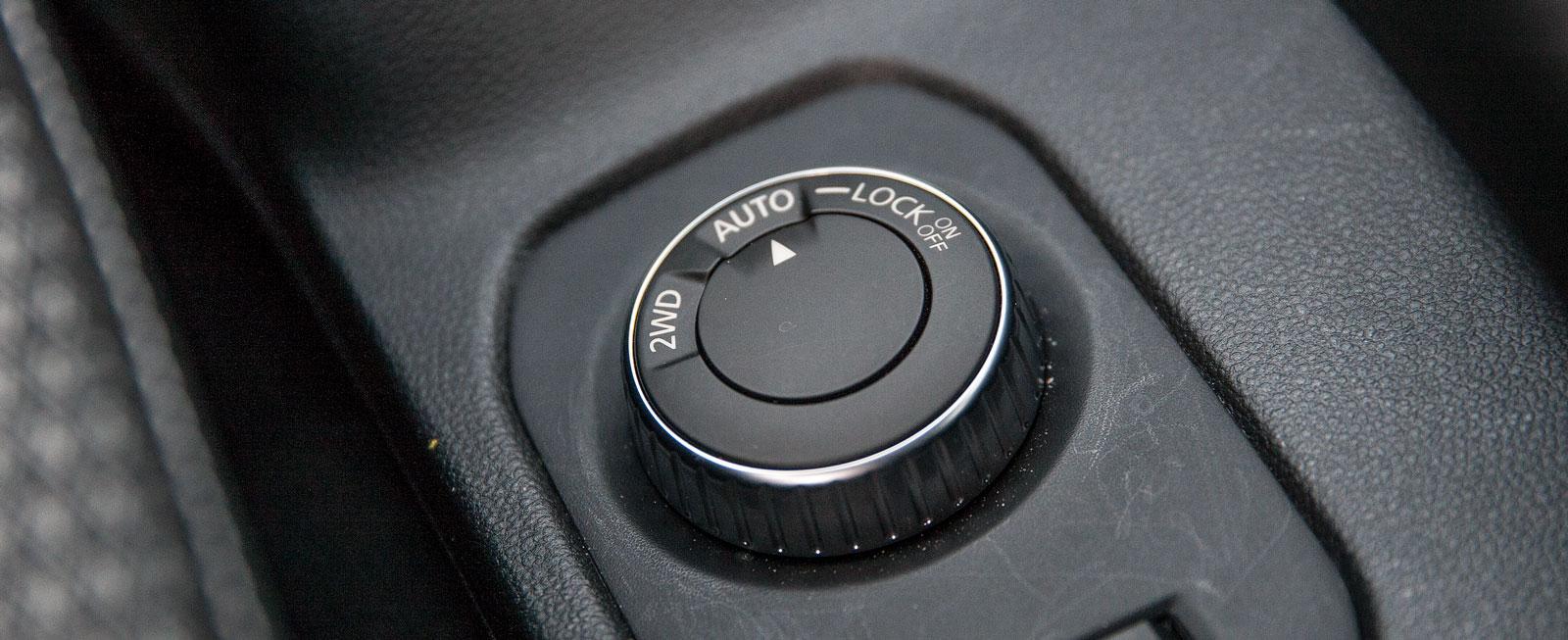 Framhjulsdrift, automatiskt reglerad fyrhjulsdrift eller spärrning mellan främre och bakre hjulpar sköts med vred mellan stolarna. Där finns också reglaget till farthållaren/-begränsaren.