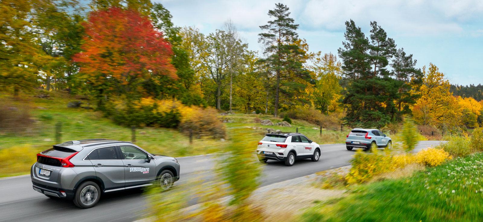 Budgetsuvar i höstmiljö. Volvo XC40 i täten före VW T-Roc. Sist Mitsubishi Eclipse Cross, med sitt märkligt utformade bakparti.