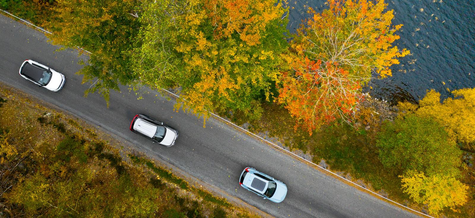 Högbyggen från hög höjd. På bilden syns att Volvon är extrautrustad med panoramasoltak för 13900 kr. Även VW T-Rocs svarta tak är tillval och kostar 7000 kr.