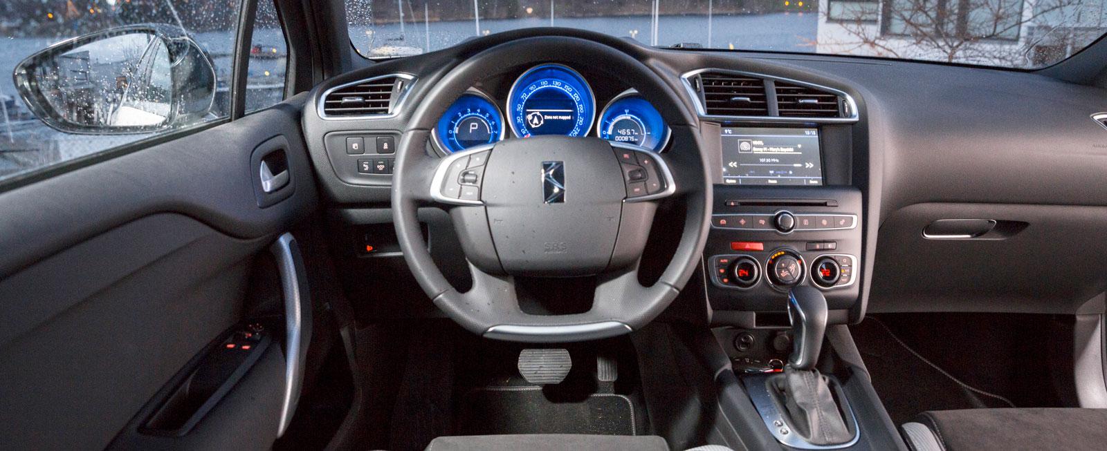 """Jämfört med """"Citroëntiden"""" har instrumentpanelen i DS 4 rensats från vissa knappar, även i ratten. Mestadels enkel skötsel och trivsam finish."""