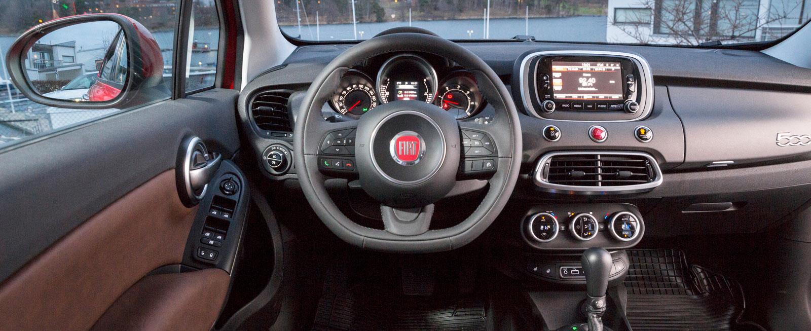 Enkla reglage, tydlig skärm mitt på panelen och liten, tjock ratt. Många olika ytmaterial, godkänd finish men spakarna vid ratten känns billiga.