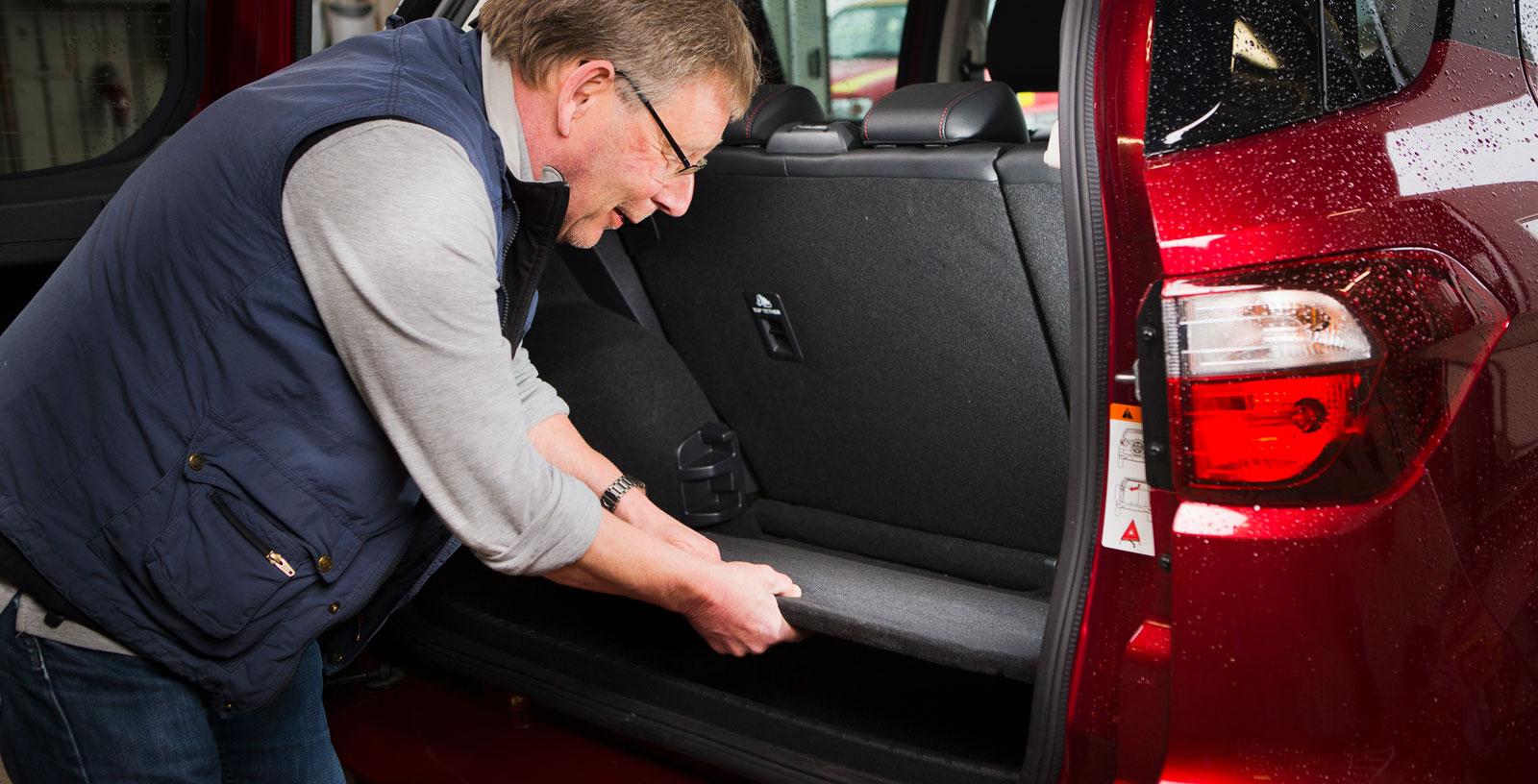 Fords lastgolv kan justeras i tre höjdlägen och både ryggstöd och sittdyna kan fällas i förhållandet 60/40. Med nedfällt baksäte är EcoSport testets klart rymligaste bil och dubbla kasskrokar finns. Men hatthyllan vållar irritation. Den följer, av naturliga skäl, inte med upp när bakdörren öppnas.