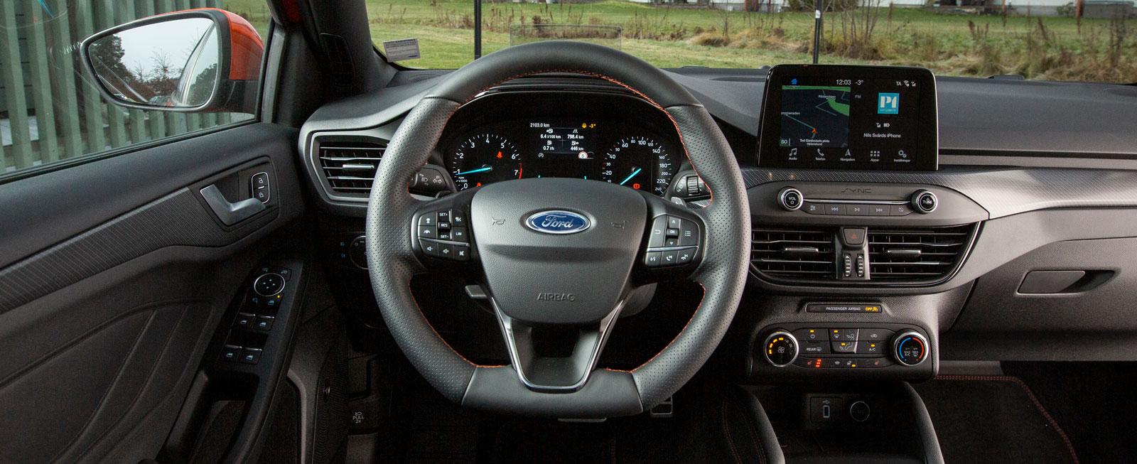 Många små, otydliga knappar i Ford-ratten. I övrigt en tydlig förarplats. Alla gillade inte Fords mjukt stoppade framstolar.