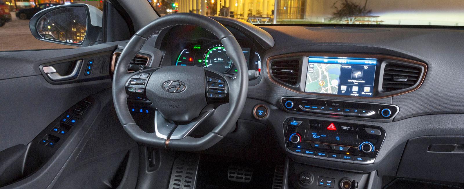 Ioniq liknar sina Hyundaisyskon. Inget extra effektsökeri bara för att bilen råkar gå på el. Kopparfärgade inlägg är dock unika för elbilsversionen.