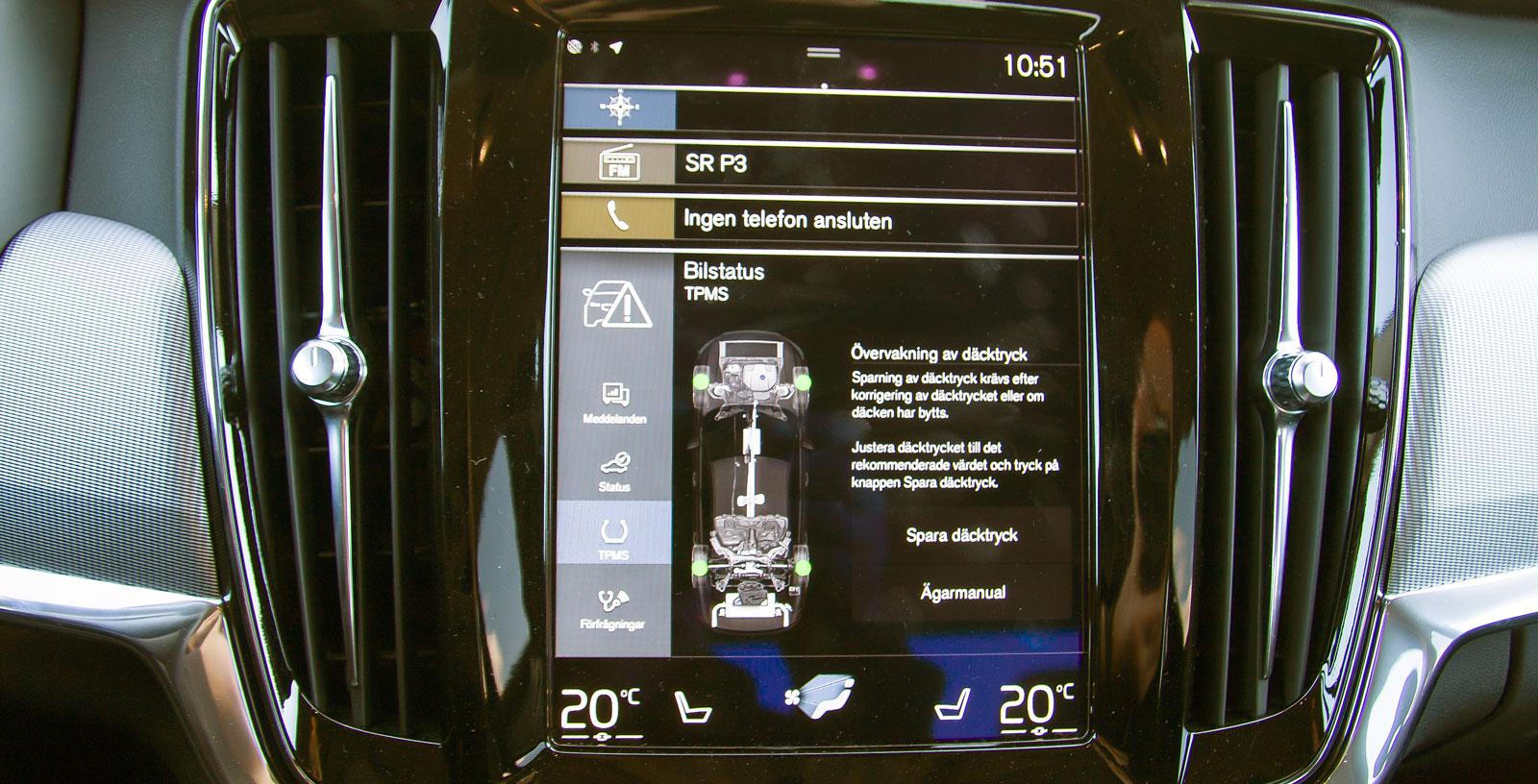 I Volvo samlas nästan alla funktioner i den på högkant stående skärmen. Kräver viss tillvänjning men fungerar helt okej. Helheten ser billigare ut än i de tyskarna bilarna.