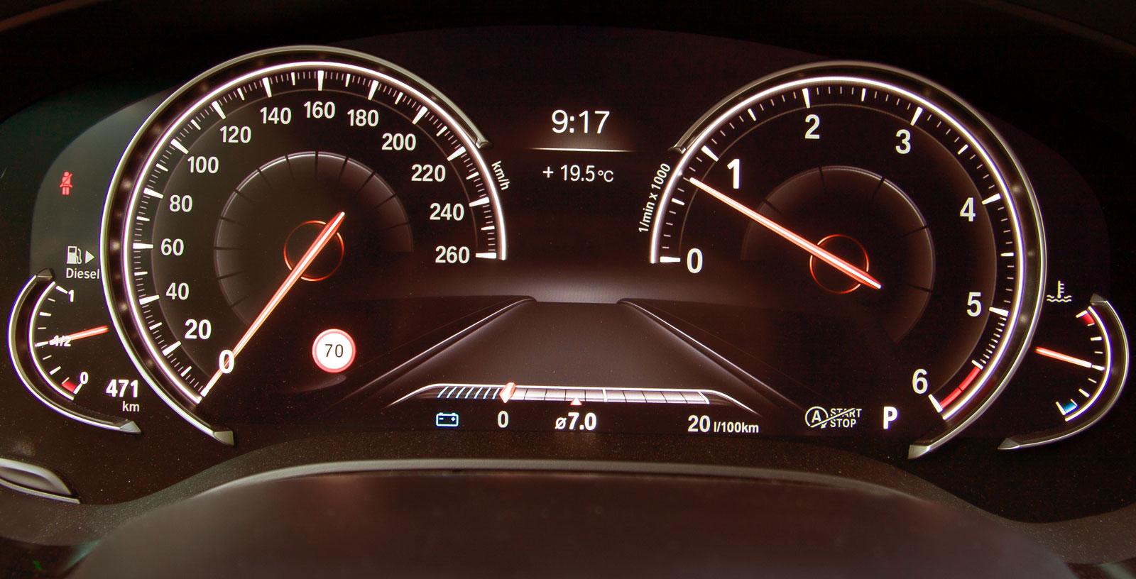Även i BMW kan utseendet på mätare etcetera framför föraren varieras efter körprogram och egna val. I underkant den momentana förbrukningsmätare som i princip, men i olika utföranden, funnits i märkets bilar sedan decennier tillbaka.