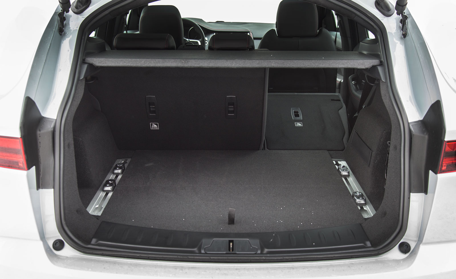 """Mer utrymme i Jaguar, dessutom lastskenor med flyttbara fästöglor. Elbaklucka är standard på """"First Edition"""". Ryggstödsdelning 60/40."""