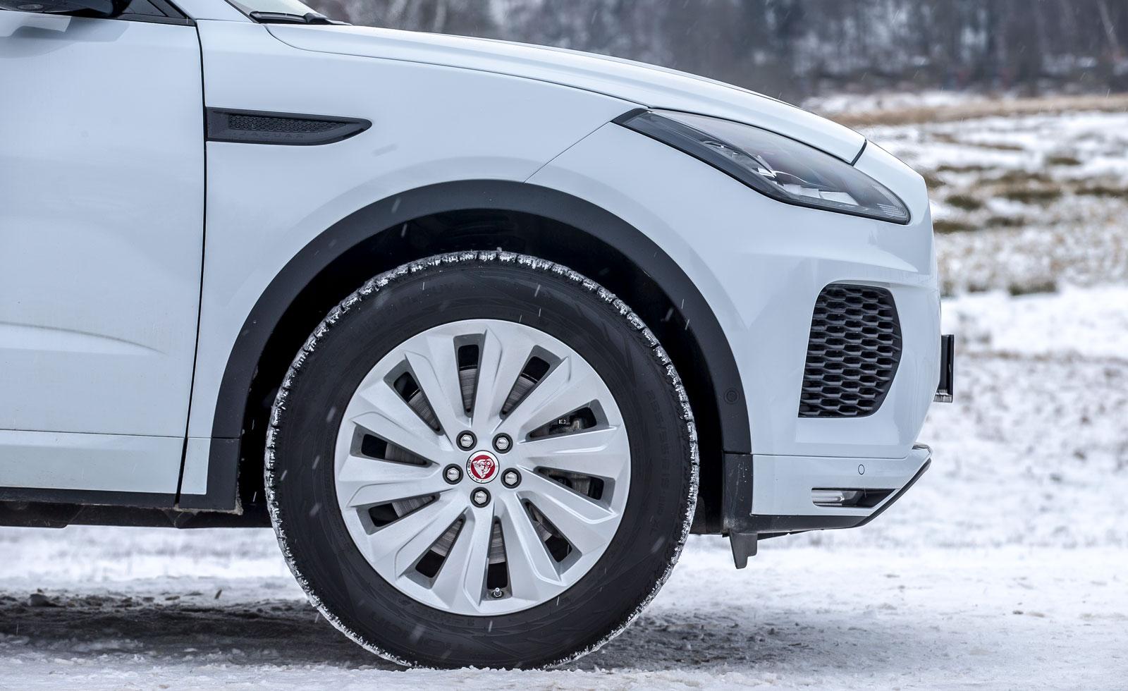 Jaguars kaross är renare från plastdetaljer och har dörrar som går ned över trösklarna – bra för byxbenen! Däckdimensionen är 255/55 R 19.