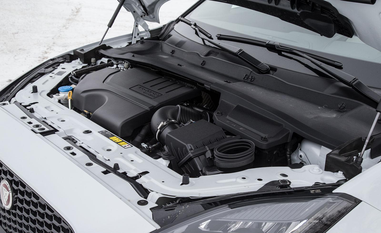 Kraften räcker långt i Jaguars 250-hästare men samarbetet med den nioväxlade (!) automatlådan övertygar inte vid start och i låg fart. Törstig!