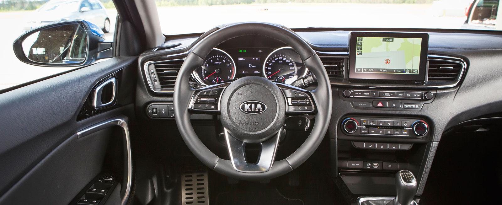 Kvalitetskänslan överraskar positivt och även funktionellt får Kias cockpit  klart godkänt. Den lite platta förarstolen passade dock inte alla i testlaget.