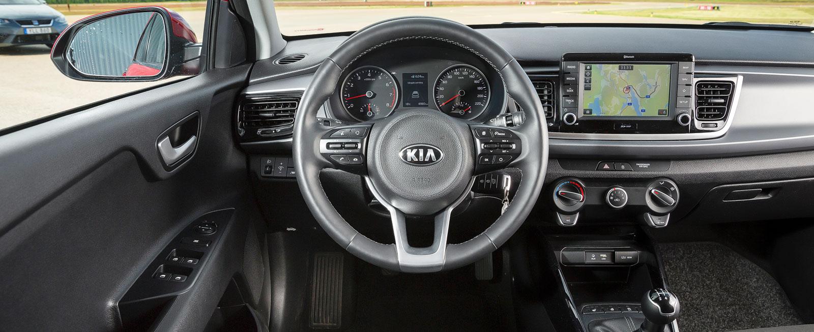 Genomgående svärta i interiören ger tyska vibbar. Tydliga reglage och god körställning som gör att man känner sig ett med bilen.