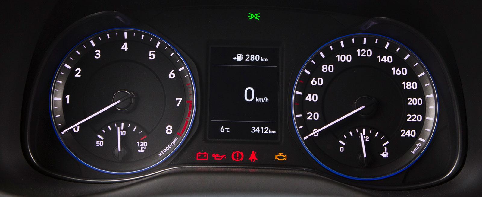 Hyundais analoga instrumentkluster är både prydligt och tydligt. I displayen mellan mätarrundlarna ges information från färddator och medieanläggning.