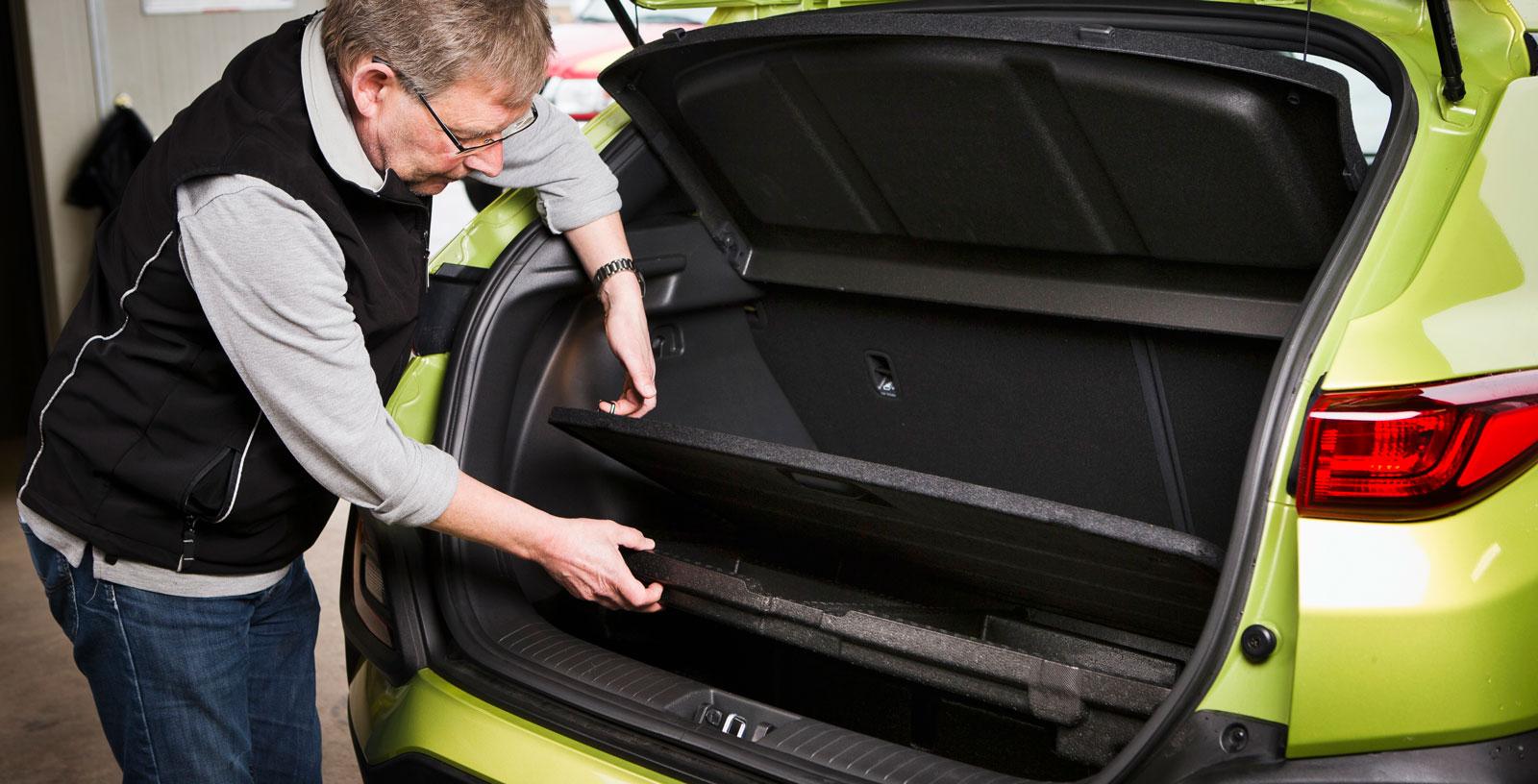 """Även i Hyundai sitter lastförankringsöglorna i det löstagbara övre lastgolvet. Inte direkt den säkraste lösningen. Bagagegolvet är dubbelt och under varje """"våning"""" finns prydliga fack i skumplast. En kasskrok erbjuds men lastslukarförmågan är knaper, speciellt med uppfällt baksäte."""
