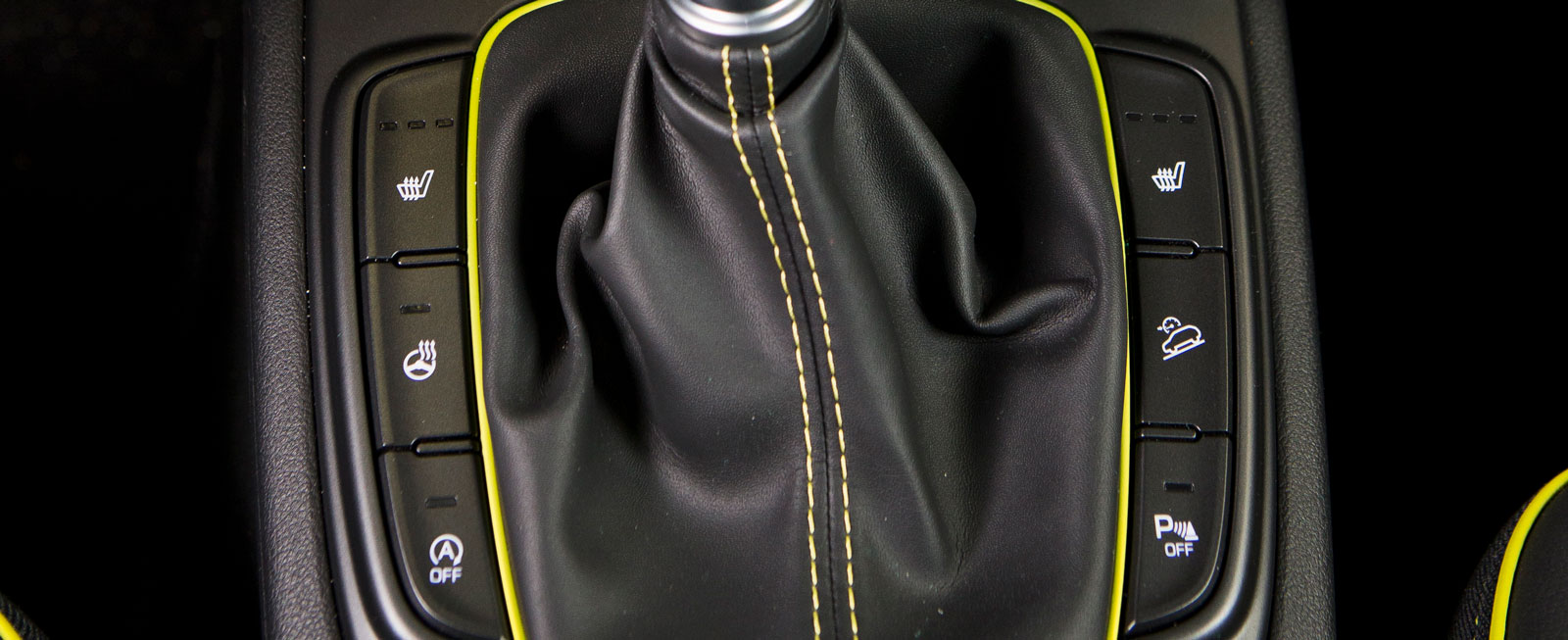 Ratt- och stolsvärme samt en del andra funktioner aktiveras med vettigt placerade knappsatser runt växelspaken.