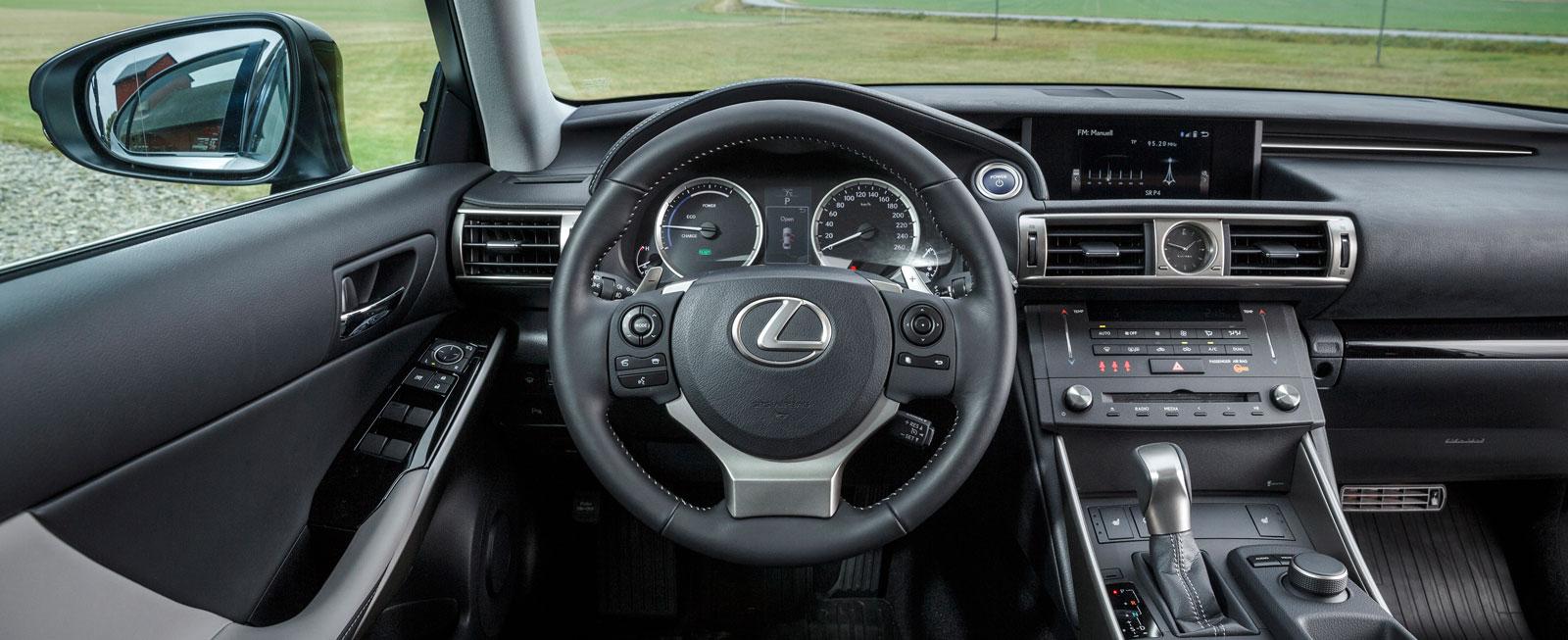 I Lexus finns stråkdrag av det bästa från 1980-talets ideal – och när såg vi en cd-spelare senast?! Trevlig finish och mestadels lättskötta reglage.
